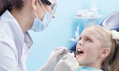 Если ребенку вовремя не сделать пластику уздечки, у него в будущем может развиться воспаление десен